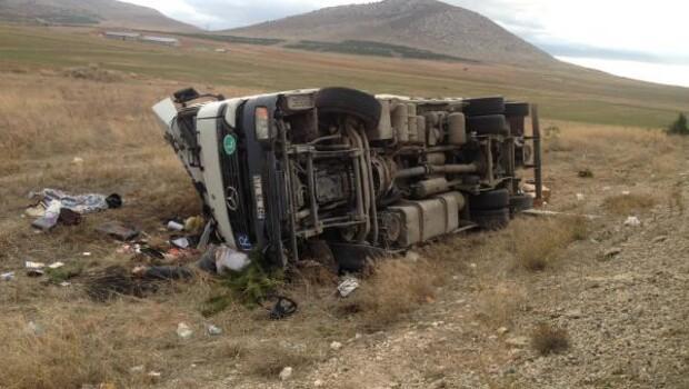 Kamyon devrildi: Sürücü ve annesi öldü, eşi ve 2 çocuğu yaralandı