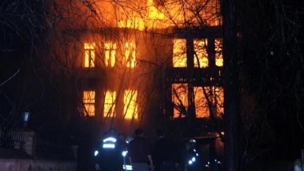 Bartında tarihi 3 katlı bina yandı