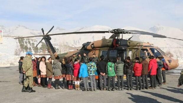 Hakkarili öğrenciler Komando Tugayına misafir oldu, askeri helikoptere bindi