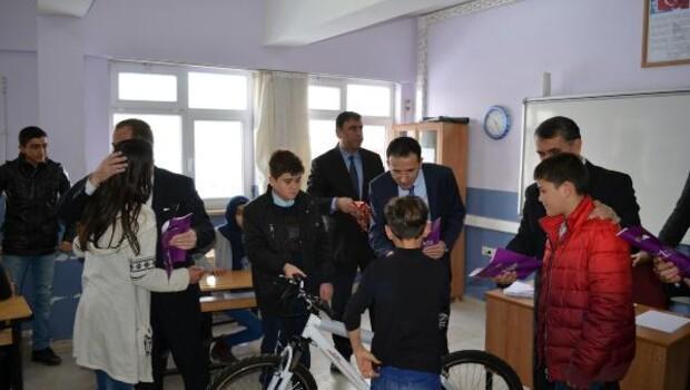 Adilcevaz'da öğrencilerin karne sevinci