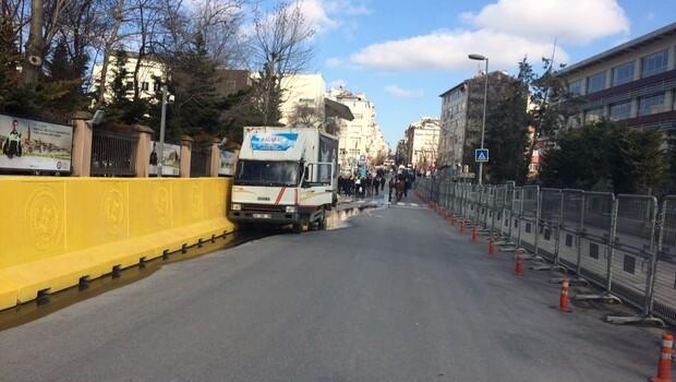 İstanbul Emniyet Müdürlüğünün önünde silah sesleri