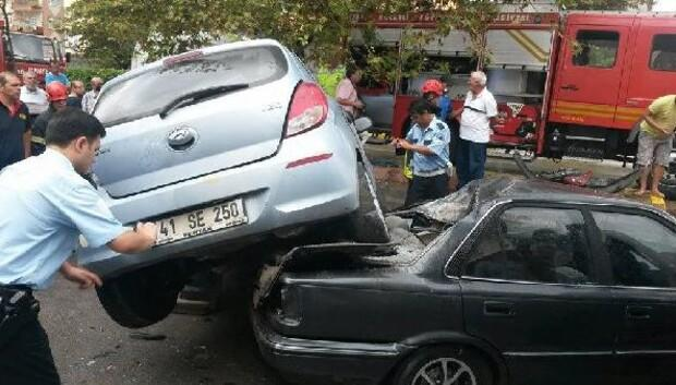Otomobiliyle park halindeki otomobilin üzerine uçtu: 1 yaralı
