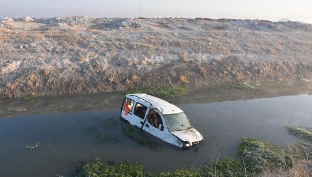Hafif ticari araç ve elektrikli bisiklet sulama kanalına uçtu: 2 yaralı
