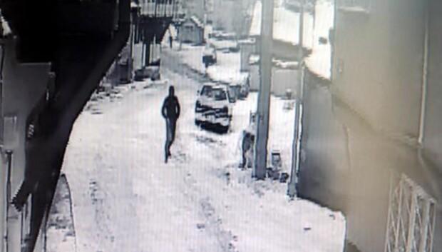 Biber gazı sıkıp evine girdiği kadını bıçak zoruyla soydu
