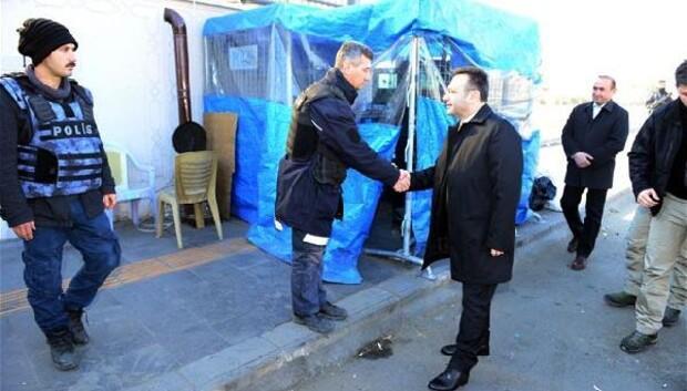 Vali Aksoy, uygulama yapan polisleri ziyaret ederek, tatlı ikram etti