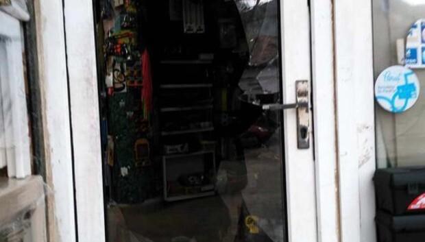 Camını kırdıkları mağazadan hırsızlık yaptılar