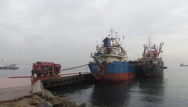 İskeleye bağlı gemide yangın