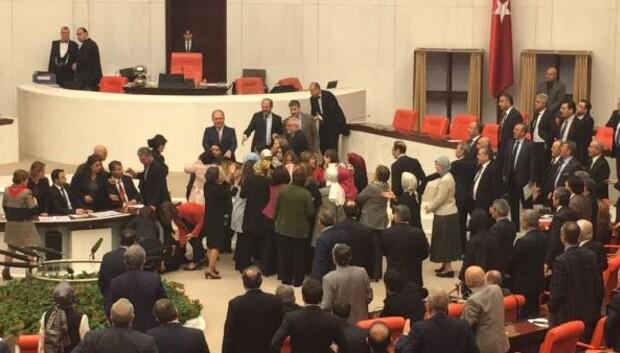 Bağımsız milletvekili Aylin Nazlıaka kendisini kürsüye kelepçeledi (2)