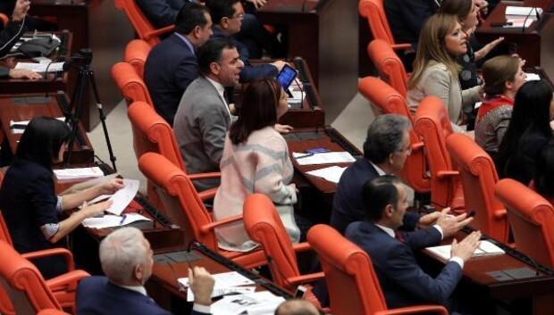Bağımsız milletvekili Aylin Nazlıaka kendisini kürsüye kelepçeledi (6)