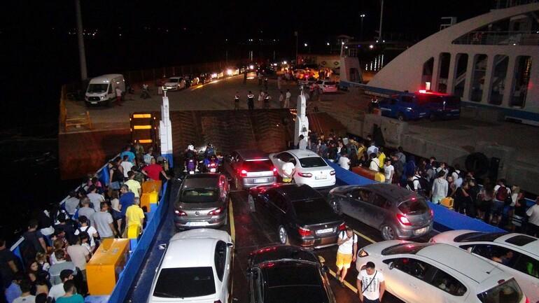 Tatilciler Bozcaada feribotunda birbirine girdi