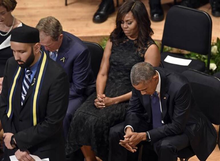 Obama Dallas'ta öldürülen polisler uğurlanırken gözyaşlarına hakim olamadı