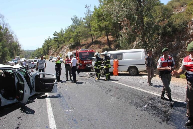 Eriyen asfaltta kayan minibüs karşı şeride geçti: 4 ölü, 6 yaralı