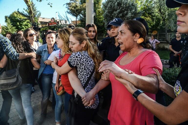 Açığa alınan öğretmenlerin insan zinciri eylemine polis müdahalesi: 17 gözaltı