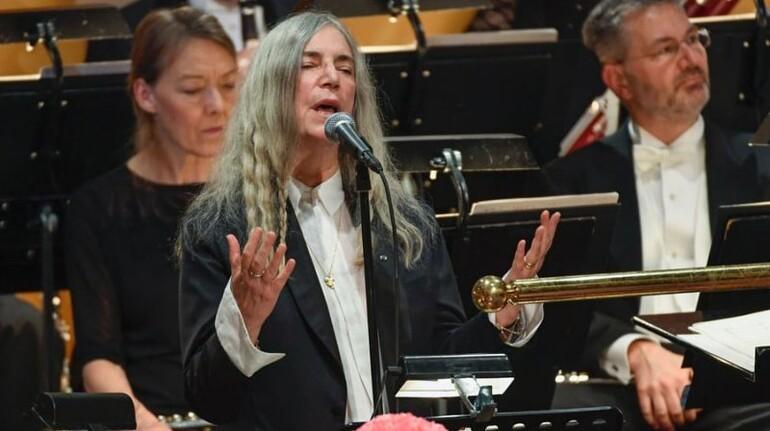 Patti Smith, Dylanın şarkısını söylerken sözleri unutunca...