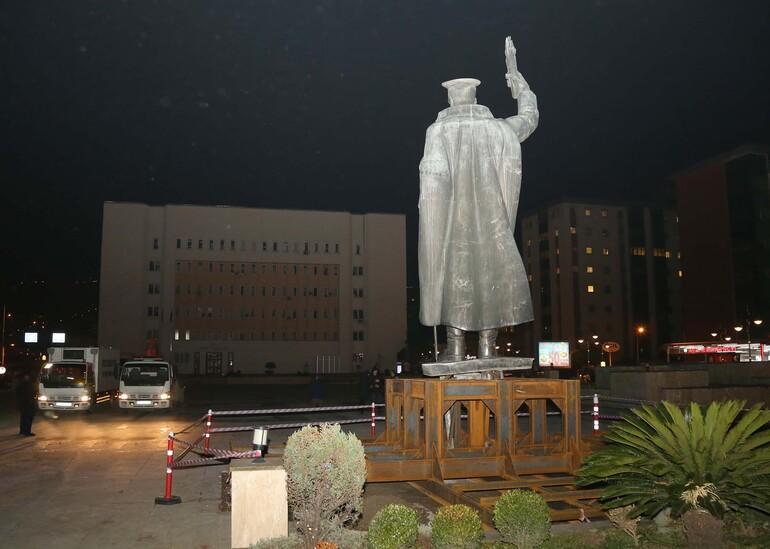 Rizedeki Atatürk heykeli valiliğin önüne yerleştirildi