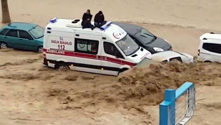 Mersini sel aldı Yüzlerce vatandaş mahsur kaldı, 1 kişi öldü