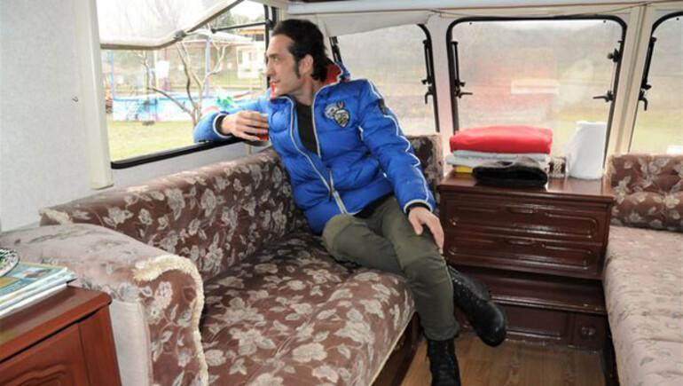 Ünlü şarkıcı Kıraçın ailesiyle karavanda yaşadığı ortaya çıktı