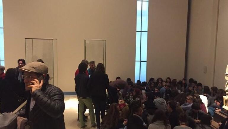 Paristeki Louvre Müzesine girmeye çalışan saldırgan vuruldu