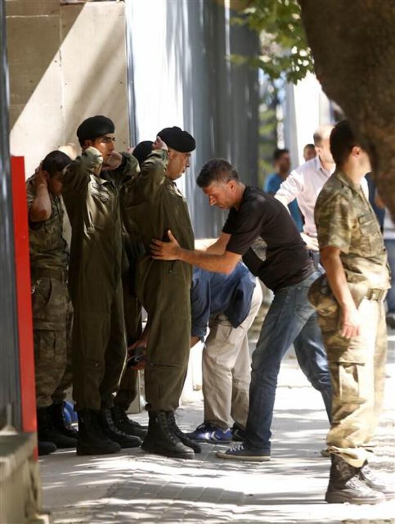 Son dakika haberi: Genelkurmay'daki askerler teslim oldu