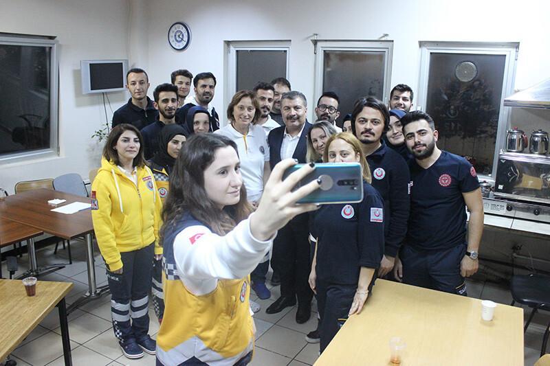 Karşılarında görünce şaşkına döndüler... Sağlık Bakanı Koca'dan gece yarısı 112 ve hastane ziyareti