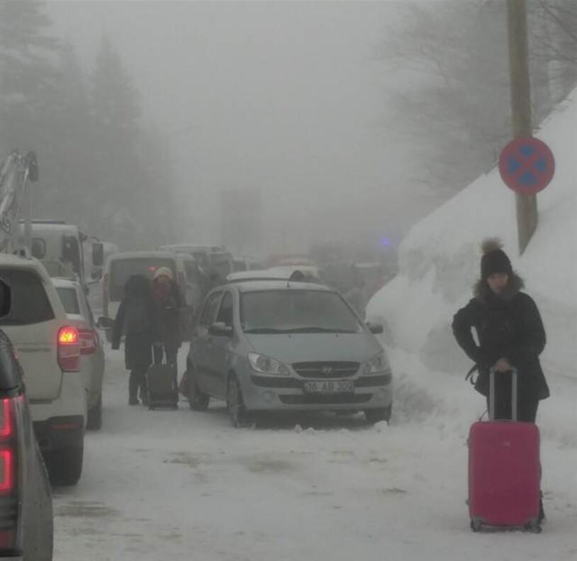 Tatilci akını Uludağ'da trafiği kilitledi