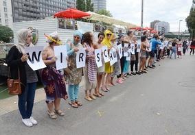 Fransa'yı böyle protesto ettiler: İSTEDİĞİMİZ GİBİ YÜZERİZ