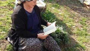 Bilecikli kitap tutkunu kadın çiftçi; Evlilik programları izlemek yerine kitap okunsun