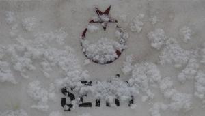 Karsta şehitler kar yağışı altında anıldı