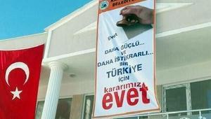 CHPden belediye binasına evet pankartına tepki