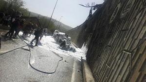 Üst geçitten yola düşerek yanan kamyon sürücüsünü vatandaşlar kurtardı