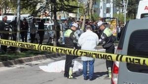 Kamyon çarpan yaşlı adam ve bakıcısı öldü