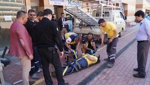 Tabela takarken düşen işçi yaralandı