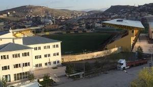 Türkiyenin en yorgun stad çimleri yıllara direniyor