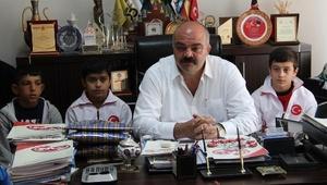Şampiyon güreşçiler, Mahmut Demir tarafından altınla ödüllendirildi