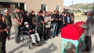 Açlık grevi yapan Kemal Gün, teslim aldığı DHKP-Cli oğlunun kemiklerini toprağa verdi/ Ek fotoğraflar