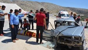 10 kişinin bulunduğu otomobil, hafif ticari çarptı: 16 yaralı