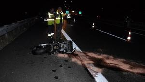 Otoyolda bariyere çarpıp 200 metre sürüklenen motosikletli öldü