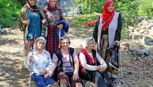 Arılı Vadisinde yola oturan kadınlar bilirkişi heyetinin yolunu kesti
