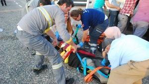 Kadın işçileri taşıyan minibüs ile çekici çarpıştı: 7 yaralı
