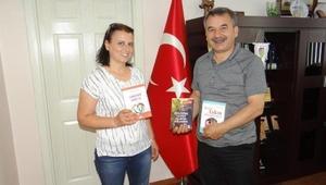 Yazar Ayten Öztürk, yeni kitabını Başkan Balkı için imzaladı