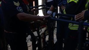 Kalp krizi geçirince 35 metre yüksekte mahsur kalan vinç operatörü kurtarıldı