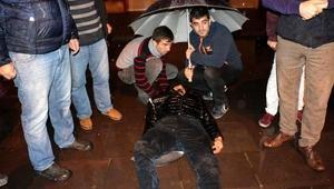 Yağmurda devrilen motosikletin sürücüsü yaralandı