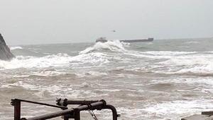Bartın açığında sürüklenen gemideki mürettebat, helikopterle kurtarıldı