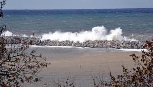 Zonguldakta dev dalgalar mendireği aştı