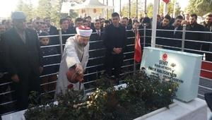 Diyanet İşleri Başkanı Erbaş, Ömer Halisdemir'in kabrini ziyaret etti