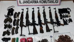 Tuncelide, PKK sığınaklarında silah ve mühimmat ele geçti