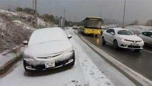 Bursa güne kar yağışıyla başladı. Mudanya yolunda araçlar yolda kaldı