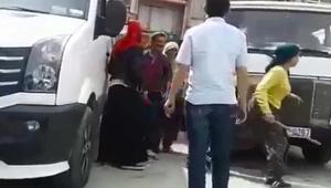 Kadınlar, kendilerini taciz ettiğini iddia ettikleri kişiyi sopa ve şemsiyeyle dövdü