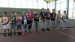 Çocuk tenis turnuvası şampiyonlarına ödül
