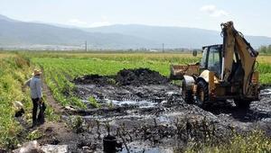 Akaryakıt hırsızları, petrol çalmak isterken boruyu patlattı